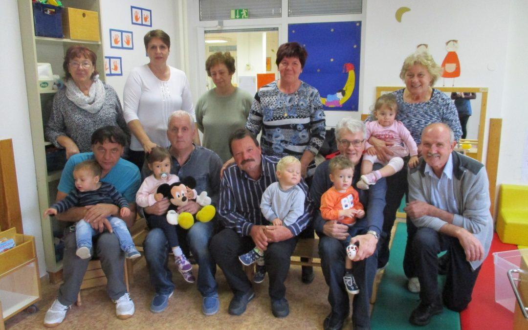 Babice in dedki na obisku v vrtcu Renče